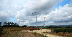 Für Ende Januar 2017 ist die Inbetriebnahme des Windparks Reitenberg geplant. Im Hintergrund zu sehen: Der bereits fertiggestellte Park Mihla I sowie Mihla II, bei dem gerade der Flügel gezogen wird.(Bild: juwi)