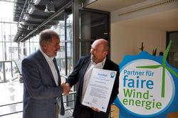 Prof. Dr. Dieter Sell (Leiter ThEGA) verleiht das Siegel an Bernhard Krede, wpd Regionalleiter Projektentwicklung