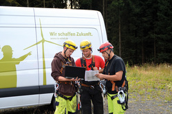 Service team in front of an RTS car plans the upcoming deployment. (Image: RTS Wind AG)