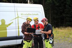 Serviceteam vor einem RTS Auto plant den kommenden Einsatz. ( Bild: RTS Wind AG)