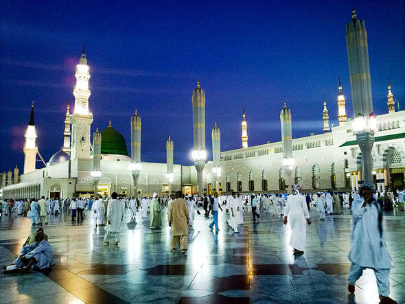 "Night falls in Masjid Al-Nabawi in Medina (Image by Omar Chatriwala from Doha, Qatar (The ""Enlightened"" City) [CC BY 2.0 (http://creativecommons.org/licenses/by/2.0)], via Wikimedia Commons)"