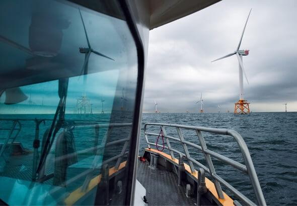 Ob der Überstieg vom Serviceschiff auf eine Windenergieanlage möglich ist, hängt von Wetter und Wellen ab. (Foto: SENVION)