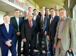 Wirtschaftsminister Olaf Lies mit Vertretern niedersächsischer Verbände und Unternehmen der Windenergie (Bild: Land Niedersachsen)
