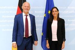 Staatssekretär Rainer Baake mit Brune Poirson, Staatssekretärin beim französischen Minister für den ökologischen und solidarischen Wandel (© BMWi/Susanne Eriksson)