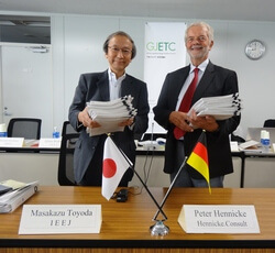 Die beiden Vorsitzenden des GJETC präsentieren die vorläufigen Studienergebnisse in Tokio. (Bild: GJETC)