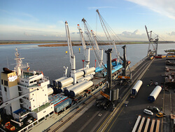 Niedersachsens Seehäfen sind Spezialisten sowohl für die logistische Abwicklung von Onshore-Windenergieanlagen (im Bild) als auch von Offshore-Projekten (Bild: J. Müller Steel & Projects GmbH)