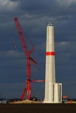 Der Beton macht´s: Der erste Teil des neuen 135-Meter-ATS-Hybridturms für die Kenersys 100 ist fertiggestellt (Foto: Jochen Weick, Kenersys)
