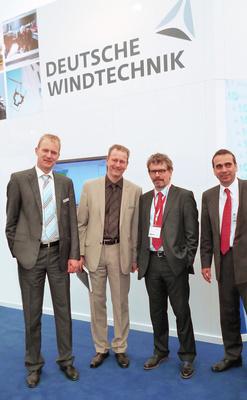 Thomas  Kretzschmar und Klaus Krüder (beide juwi Management GmbH) sowie Lars und  Hauke Behrends (beide Deutsche Windtechnik) beschließen den > Vollwartungsvertrag (v.r.n.l.).