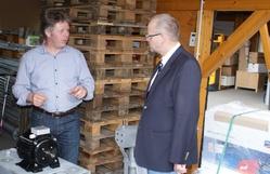 Rüdiger Braun (links) erläutert dem Landtagsabgeordneten Dr. Peter Enders den Bau und Wirkungsweise einer Kleinwindanlage der Marke ANTARIS.