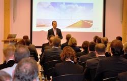 Branchenexperten unter sich: juwi-Vorstand Fred Jung mit den Teilnehmern der O&M Praxistage in Wörrstadt. Zum Dialogforum eingeladen hat die juwi-Tochter Operations and Maintenance GmbH.