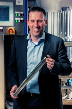 Hay Hulsman, Geschäftsführer der AHC Benelux BV mit einem nach dem Verfahren SELGA-COAT® CHROM selektiv hartverchromten Stoßdämpferrohr.