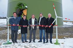 Festakt zu Füßen des Windrades: Marc Krezer (juwi), Klaus Kornberger (Bgm. Weikersheim), Franz Untersteller (Umweltminister BaWü), Boris Palmer (OB Tübingen) sowie Ortwin Wiebecke, Sprecher der Geschäftsführung der Stadtwerke Tübingen.