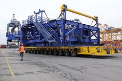 Für den Transport der Teile vom Lagerplatz zum Containerterminal setzte die BLG ihre SPMTs (Self-Propelled-Modular Transporters) ein.