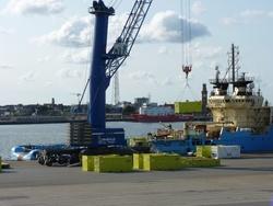 Cuxport wird künftig als Logistikdienstleister für den Servicebetrieb von Offshore-Konverterplattformen in der Nordsee unter anderem Container für Siemens be- und entpacken. Copyright: Cuxport GmbH.