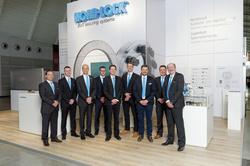 Das Nord-Lock Messeteam mit dem CEO der Nord-Lock Gruppe Ola Ringdahl (3.v.l.) und Geschäftsführer der deutschen Nord-Lock GmbH Andreas Maile (2.v.r.)