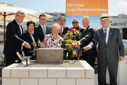 Eine solide Basis: Der Grundstein der neuen Lapp Europazentrale ist gelegt. Thomas Bopp, Petra Kimmerle, Dr. Nils Schmid, Ursula Ida Lapp, Michael Föll, Werner Schwarz, Siegbert E. Lapp, Andreas Lapp (v. l. n. r.)