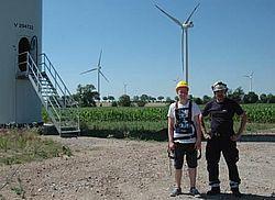 Servicemitarbeiter Ralf Krause (Projekt GmbH) mit einem Schüler in Schutzausrüstung vor dem Aufstieg. Quelle: Projekt GmbH
