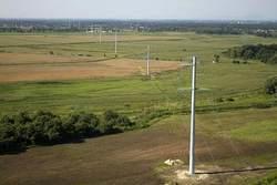 Nicht nur in Deutschland müssen die Übertragungsnetze erneuert und ausgebaut werden. Auch andere Staaten stehen vor ähnlichen Herausforderungen. Bei dieser Leitungstrasse in Polen wurden auf 48 Kilometern Länge Kompaktmasten eingesetzt. So konnte der Plat