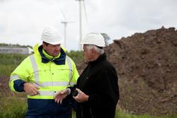 Axel Meyer von der MPA im Gespräch mit Hugo Dierkes von der Firma HD-Technic: Welche Möglichkeiten gibt es für den Weiterbetrieb von Windenergieanlagen nach Ablauf der ursprünglich festgesetzten Betriebszeit? (IWT Bremen /F. Hoffmann)