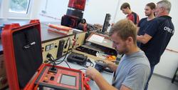 Auszubildende zur Elektrofachkraft prüfen elektrische Anlagen