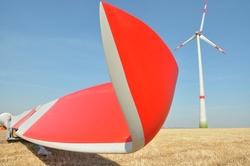 Rund 50 Meter lang ist jedes der drei Rotorblätter. Zusammen überstreichen sie eine Fläche von mehr als 8.000 Quadratmetern und wandeln dabei die Energie des Windes in klimafreundlichen Strom um.