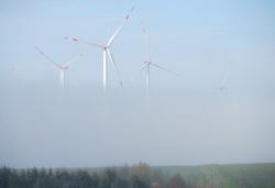 Vier Anlagen des Windparks Mörsdorf Nord im Nebel.