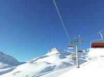 Seit der Wintersaison 2012/2013 bringt der neue 6er-Sessellift Skifahrer zum Wetterwandeck oberhalb des Zugspitzplatts, damit sie von dort aus die Pisten hinunterfahren können. (Foto: Bayerische Zugspitzbahn Bergbahn AG)