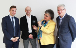 Zufriedene Partner nach der Unterzeichnung des Kaufvertrags (von links): Björn Burgey (Genossenschaftsverband), Andreas Höllinger (ABO Wind), Dr. Petra Gruner-Bauer und Dr. Gerhard Kissel (SOLIX).