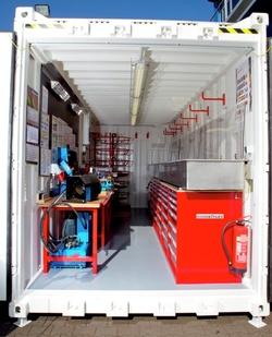 Ein Container ausgestattet mit Werkbank, Elektroinstallation und sonstigen Equipment