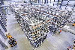 Innenansicht einer Umrichterstation in Büttel, Schleswig-Holstein: Hier werden baugleiche HGÜ-Plus-Power-Module von Siemens eingesetzt, die auch für die Stromrichteranlagen bei COBRA verwendet werden.