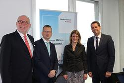 Folker Kielgast, Geschäftsführer Niedersachsen Ports GmbH & Co. KG; Holger Banik, Geschäftsführer Niedersachsen Ports GmbH & Co. KG; Inke Onnen-Lübben, Geschäftsführerin Seaports of Niedersachsen GmbH; Olaf Lies, Niedersächsischer Minister