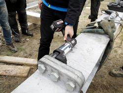 Baustellentauglich und robust: Der Akku-Drehschrauber ITH Typ ADS-150 verschraubt die HV-Schrauben der Stahlträger einer Seilbahn.