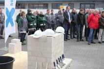 Die Grundsteinlegung erfolgte im Rahmen eines Festaktes mit über 100 Gästen aus Politik, Wirtschaft und Belegschaft. (Foto: Triflex)