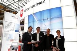 V.l.n.r: Wirtschaftsminister Olaf Lies, die beiden Overspeed-Geschäftsführer Dr. Hans-Peter Waldl und Thomas Pahlke, Projektmanagerin Maren Köpp. (Foto: innos Sperlich GmbH)