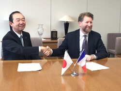 Signing ceremony (left: Tadashi Shibayama, Hitz's Executive Officer, Head of Offshore Wind Power Promotion Department, right: Bruno Geschier, IDEOL's Chief Sales & Marketing Officer)