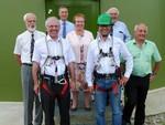 Umweltstaatssekretär Dr. Baumann fährt auf die Gondel einer Windturbine