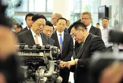 Dr. Yilin Zhang, CEO Schaeffler Greater China (rechts) stellte dem Vizegouverneur der Provinz Hunan Jianfei Zhang, typische Schaeffler-Produkte vor.