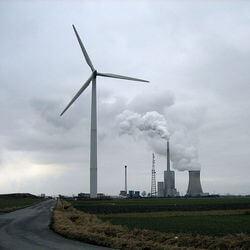 Kohlekraftwerk in Mehrum mit Windrad im Vordergrund (Bild: Crux via Wikimedia Commons)