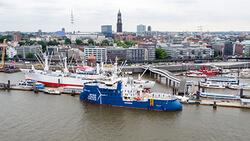 Die WINDEA La Cour bei ihrer Taufe im Hamburger Hafen