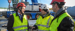 CEO Ivo Lippe (rechts) und Neil Parry, Managing Director UK, (links) besuchen Torsten Hartmann, Head of Project Management, auf der Siemens Baustelle in Varel / Jadebusen. (Bild: RTS Wind AG)