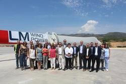 Visita a la fábrica de LM Wind Power en Les Coves de Vinromà con representantes del Ayuntamiento, la Generalitat Valenciana, la empresa LM Wind Power, AEE y prensa.