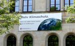 """Großplakat am Umweltministerium appelliert an G20-Gipfel: """"Mehr Klimaschutz - denn wir haben keine zweite Welt im Kofferraum!"""