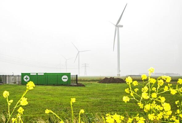 Speichersystem von Alfen mit Windkraftanlage (Bild: Alfen)