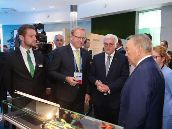 Besuch im deutschen Pavillon, v.r.: Nursultan Nasarbajew, Präsident der Republik Kasachstan, Frank-Walter Steinmeier, Bundespräsident, Prof. Dr. Rainer Lindner und Daniel Kohl (beide Schaeffler).