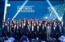 Gruppenfoto der Preisträger aus 11 Ländern bei der Verleihung des Bosch Global Supplier Award 2017. In der hinteren Reihe (6. von rechts) Roland Zänger, Leiter Vertrieb Niederspannung bei VEM. (Foto: Bosch)