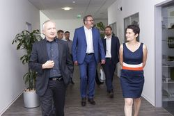 v.l.n.r.: e2m Geschäftsführer Andreas Keil, Staatssekretät Stefan Brangs, Holger Mann und Daniela Kolbe (SPD, MdB) (Bild: e2m)
