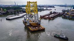 Das Jacket für die Umspannstation von Borkum Riffgrund 2 verlässt den Schiedam-Hafen in den Niederlanden. (Bild: DONG Energy)