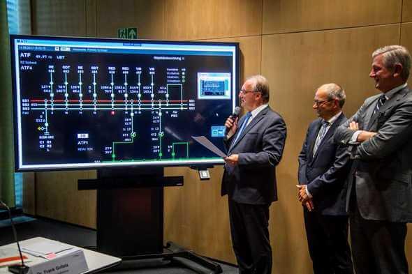 Sachsen-Anhalts Ministerpräsident Dr. Reiner Haseloff (links) nimmt die Südwest-Kuppelleitung in Betrieb. 50Hertz-CEO Boris Schucht (rechts) und 50Hertz-Technik-Geschäftsführer Dr. Frank Golletz hatten zuvor von der Bedeutung der Leitung berichtet.