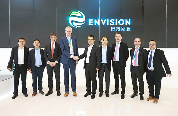 Envision CEO, Zhang Lei, and LM Wind Power CEO, Marc de Jong, shake hands to mark the announcement of the 71.8 meter blade to be developed for Envision, at China Windpower 2017 in Beijing. (Image: LM Wind Power)