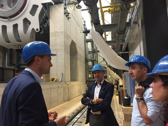 Grünen-Bundesvorsitzender Cem Özdemir (2. v.r.), besuchte gemeinsam mit A. Wellbrock vom Branchennetzwerk wab (Mitte) und A. Wagenknecht (re.) vom IWES den Gondelprüfstand in Bremerhaven. (© Foto wab, Nike Fuchs)